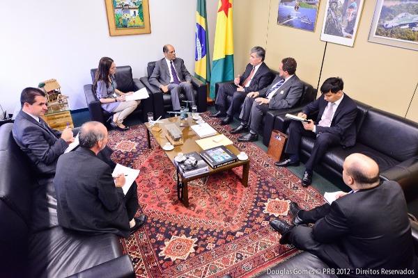 Vitor Paulo recebe visita do Embaixador do Uzbequistão