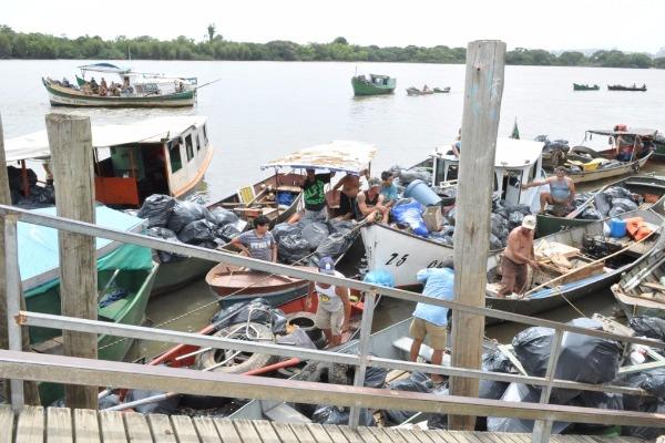 Pescadores recolhem lixo nos rios do Rio Grande do Sul