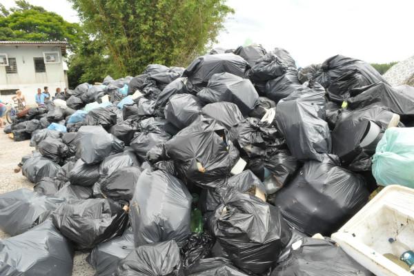 Pescadores recolhem 24 toneladas de lixo do Guaíba no RS