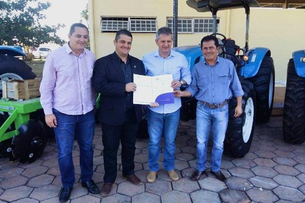 Prefeito Érico Stevan recebe tratores para agricultura familiar de Guarantã do Norte