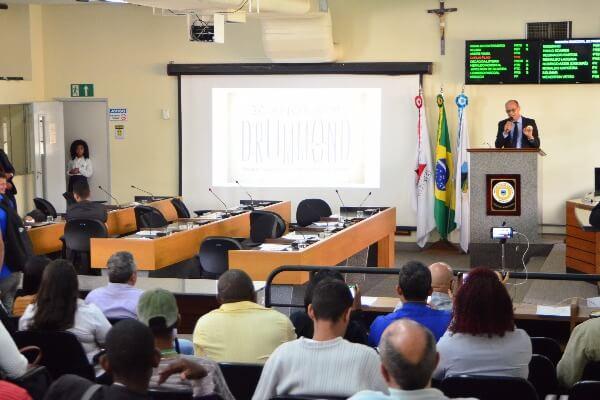Vereador Paulo Soares conclui mês de homenagens ao poeta Carlos Drummond de Andrade