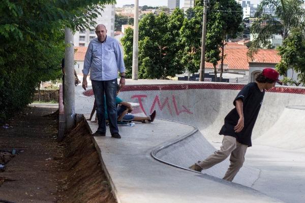 Em Piracicaba (SP), Paulo Henrique visita nova pista de skate do bairro Paulicéia