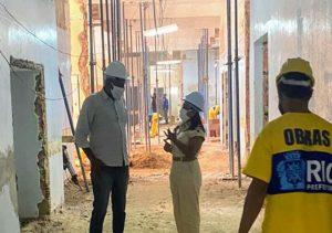 Tânia Bastos fiscaliza obra de maternidade na Ilha do Governador (RJ)